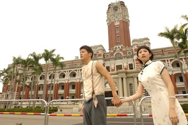 《大稻埕》宥勝(左)、簡嫚書(右)穿越現代總統府,還有熱烈吻戲。(圖/海鵬)