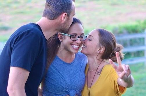 ▲▼美夫婦大方承認三人行,讓女友幫餵母乳。(圖/翻攝自Instagram/wearethr33_)
