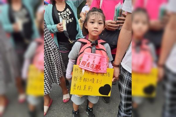 6歲小妹隨白沙屯媽祖進香!背許願卡「保佑我開刀順利」 千人刷爆