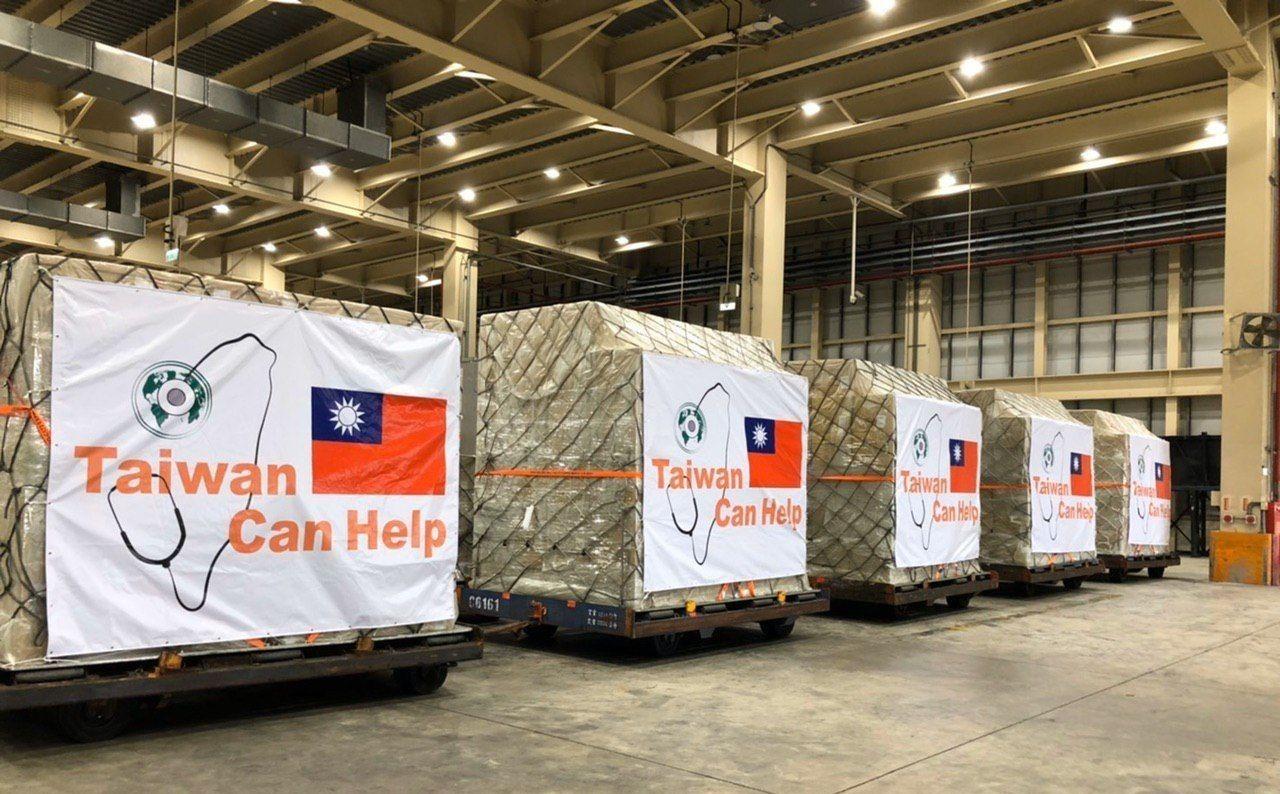 ▲▼吳釗燮貼出要捐給疫情重災地區的口罩裝箱照片。(圖/翻攝自外交部推特)