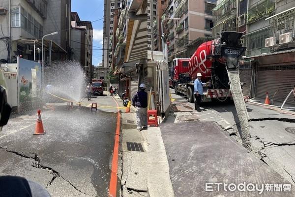 快訊/新北永和施工意外!新建工程挖破「瓦斯管線」 警消急灑水戒備