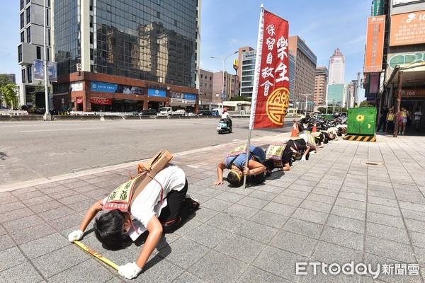 民團「六步一跪」苦行10小時救樂生 醫籲使用「三寶」避中暑!