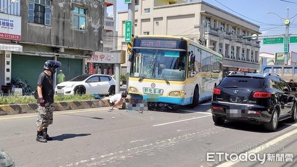 快訊/彰化客運撞倒28歲女騎士 司機急煞「她夾車底拖輾」慘死