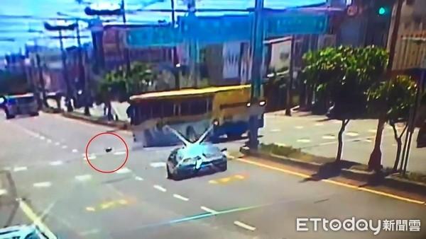 影/監視器畫面曝!彰化女騎士越騎越偏…下秒慘死公車輪下「車牌號碼印身上」