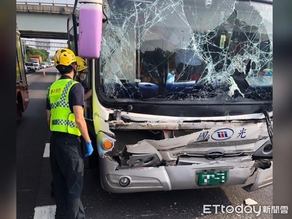 快訊/國一北上166K車禍!國光客運追撞拖板車「13乘客受傷」…駕駛一度受困