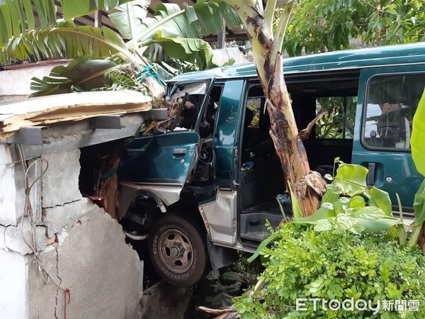 快訊/新北樹林廂型車衝民宅 磚牆撞穿大洞壓傷煮飯媽…駕駛受困送醫
