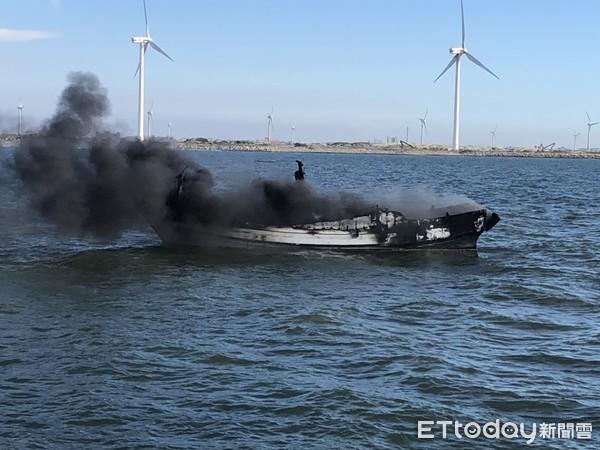引擎突起火!彰化「肉粽角沙灘」外海驚見火燒船 濃煙狂竄3船員急跳海