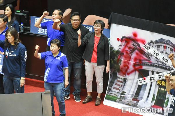 快訊/在野合作!民眾黨立委進入議場 聲援國民黨霸佔主席台