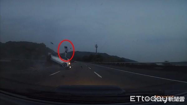 國3自撞驚悚瞬間曝!轎車飄移衝護欄「猛翻6圈」炸火光…熱褲女從車窗噴出
