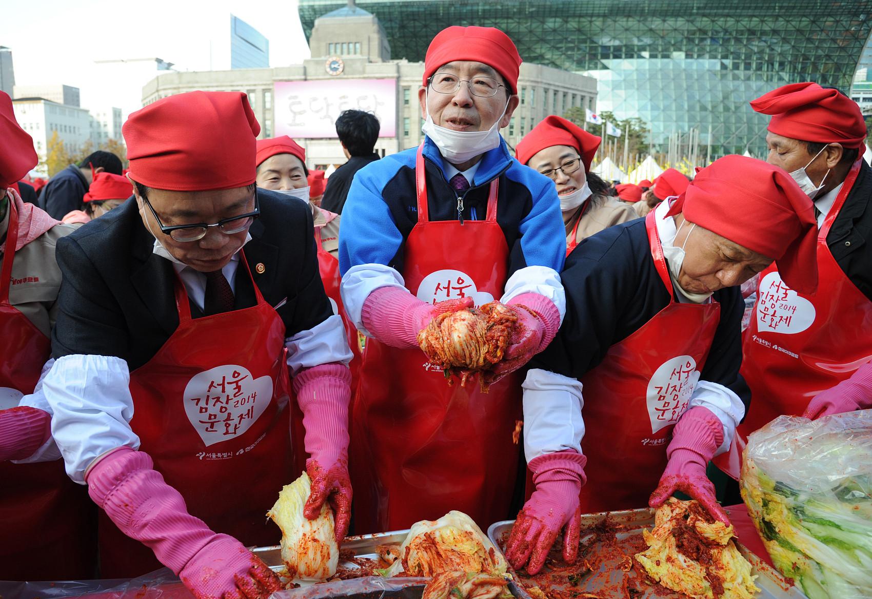 ▲▼研究指出韓式泡菜能抗疫,圖為已故首爾市長朴元淳2014年帶領婦女醃製泡菜。(圖/CFP)