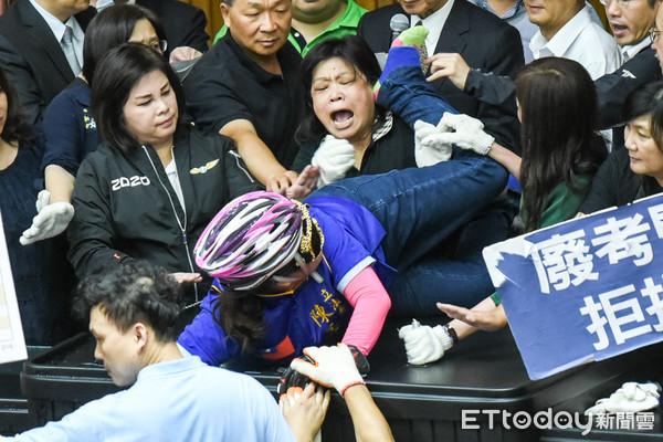 陳玉珍全副武裝「1擋多」 結果一個後腳踢垮國民黨最後防線