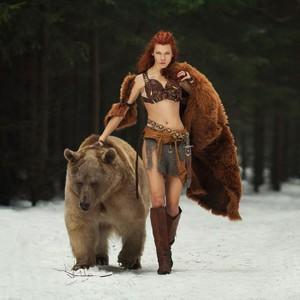 俄女cos《勇敢傳說》和棕熊喇舌0距離
