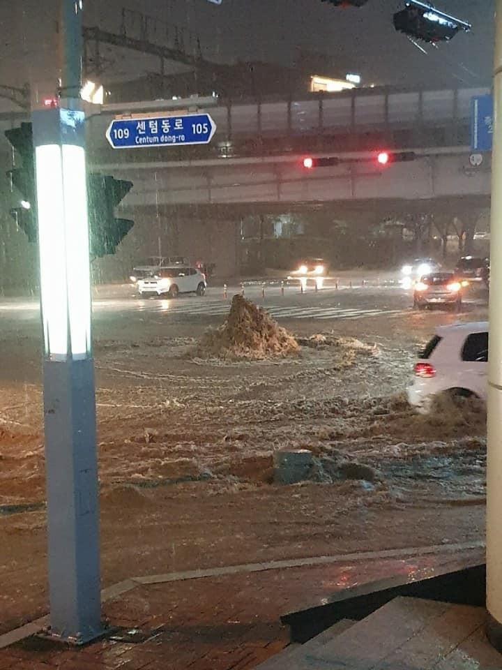 ▲▼南韓釜山23日晚間降下暴雨。(圖/翻攝自釜山警察臉書粉專)