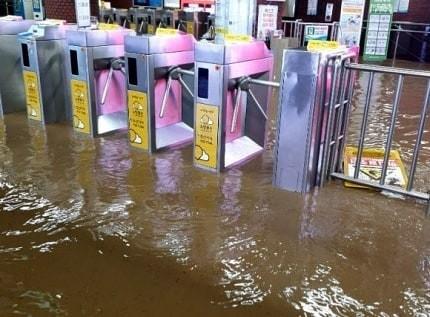 ▲▼釜山地鐵站遭滾滾洪流襲擊。(圖/翻攝自Instagram@subway_forest)