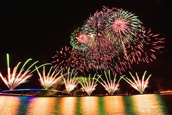 LIVE/2021澎湖國際海上花火節登場!21:00看熊大、兔兔萌翻夜空