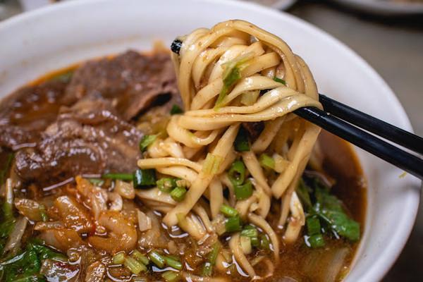 爆量海鮮鋪滿煎麵上!台南老饕最愛小店 85元帶筋牛肉麵超大一碗 | ET