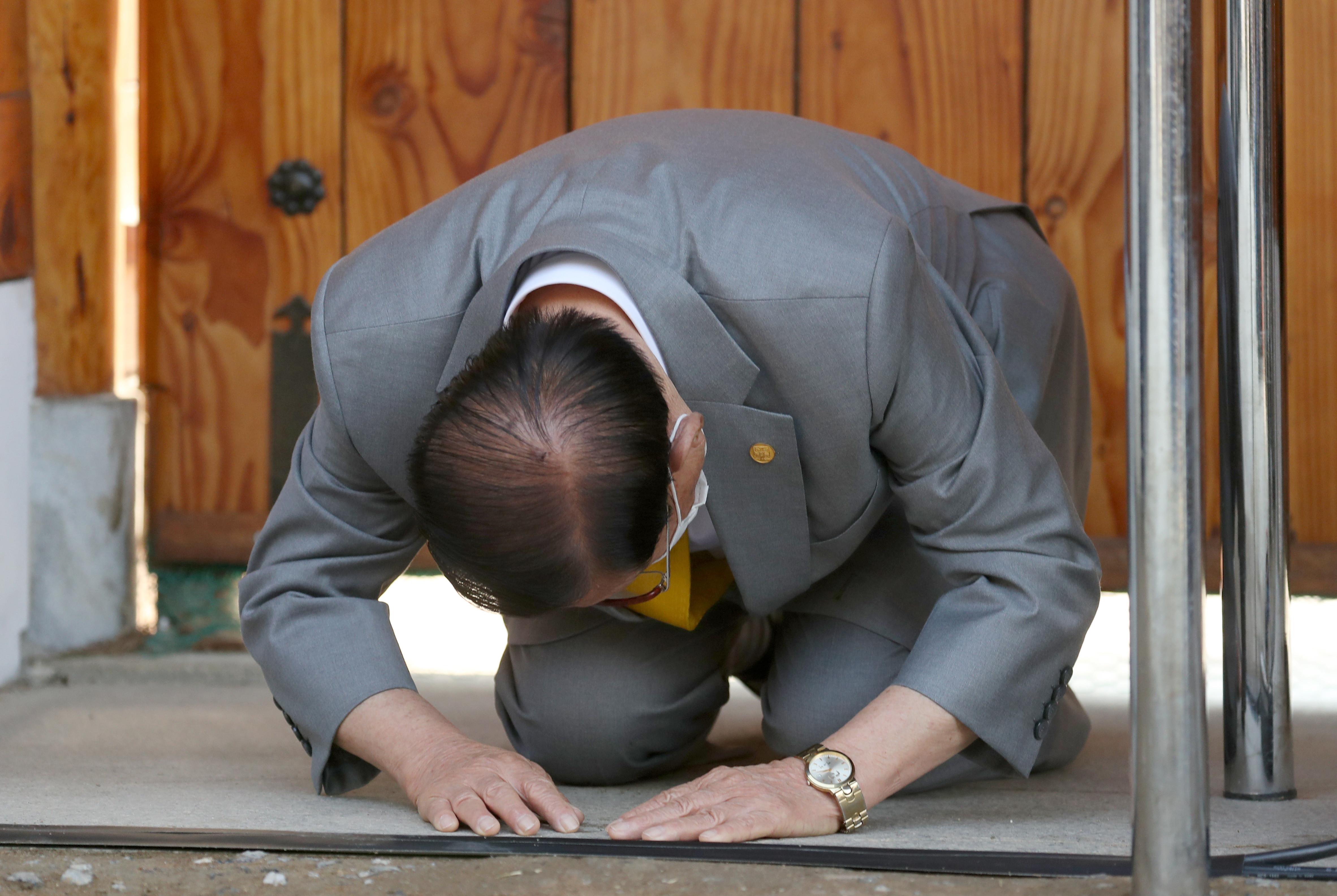 ▲▼李萬熙曾在記者會上,下跪道歉。(圖/達志影像/美聯社)