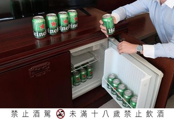 整箱啤酒塞滿冰箱免費喝!台北超狂飯店 3天2夜免千元還能爽嗑牛肉麵 |