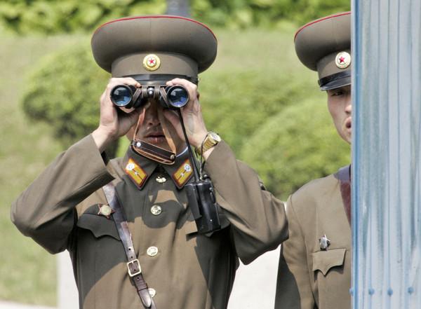 北韓軍官「三人行」笑拍性愛淫片! 沉浸女色慘遭活逮下場曝光