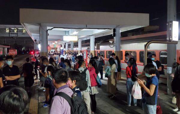 台鐵列車開一半「沒電」全體換車!岡山-橋頭列車大延誤 乘客超火大