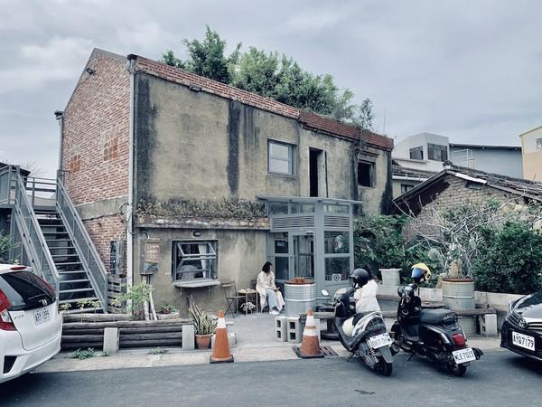 隨便一張木桌都很有Fu!彰化廢墟改建咖啡店 窗邊小空間最搶手