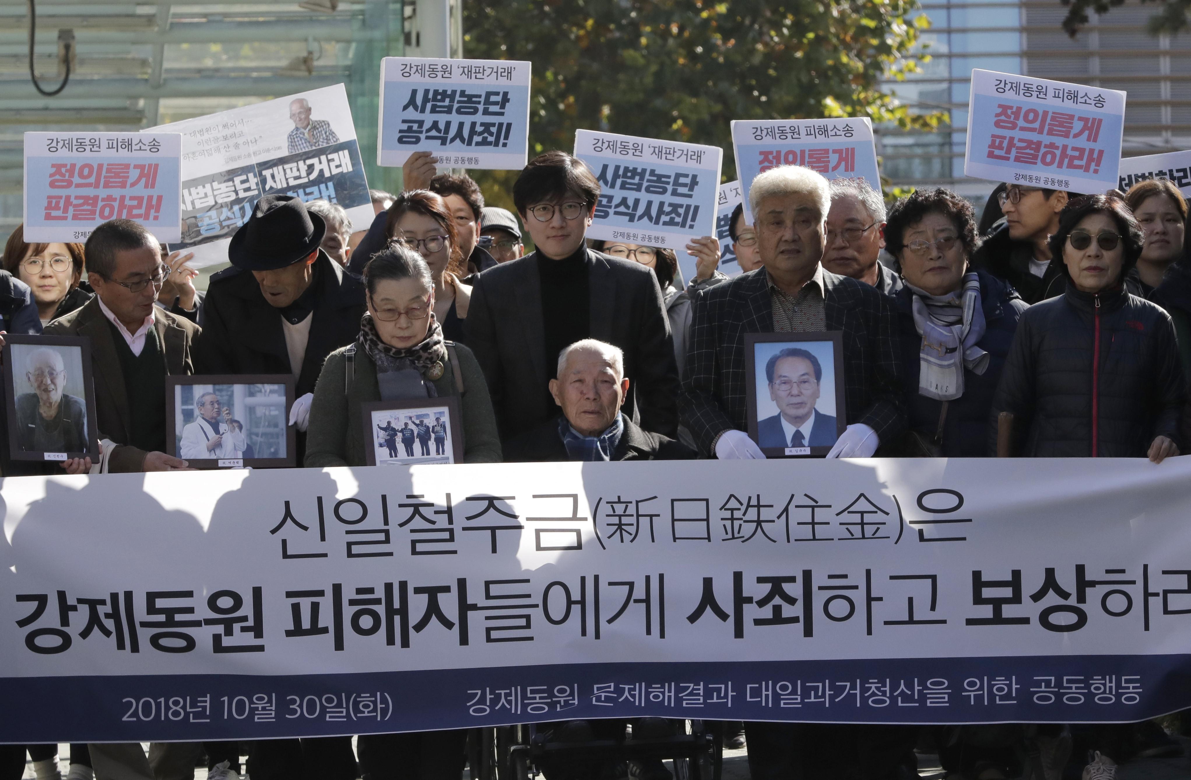 ▲94歲的韓國徵用工案受害者李春植(Lee Chun-sik,音譯)2018年10月30日來到首爾最高法院外抗議。(圖/達志影像/美聯社)