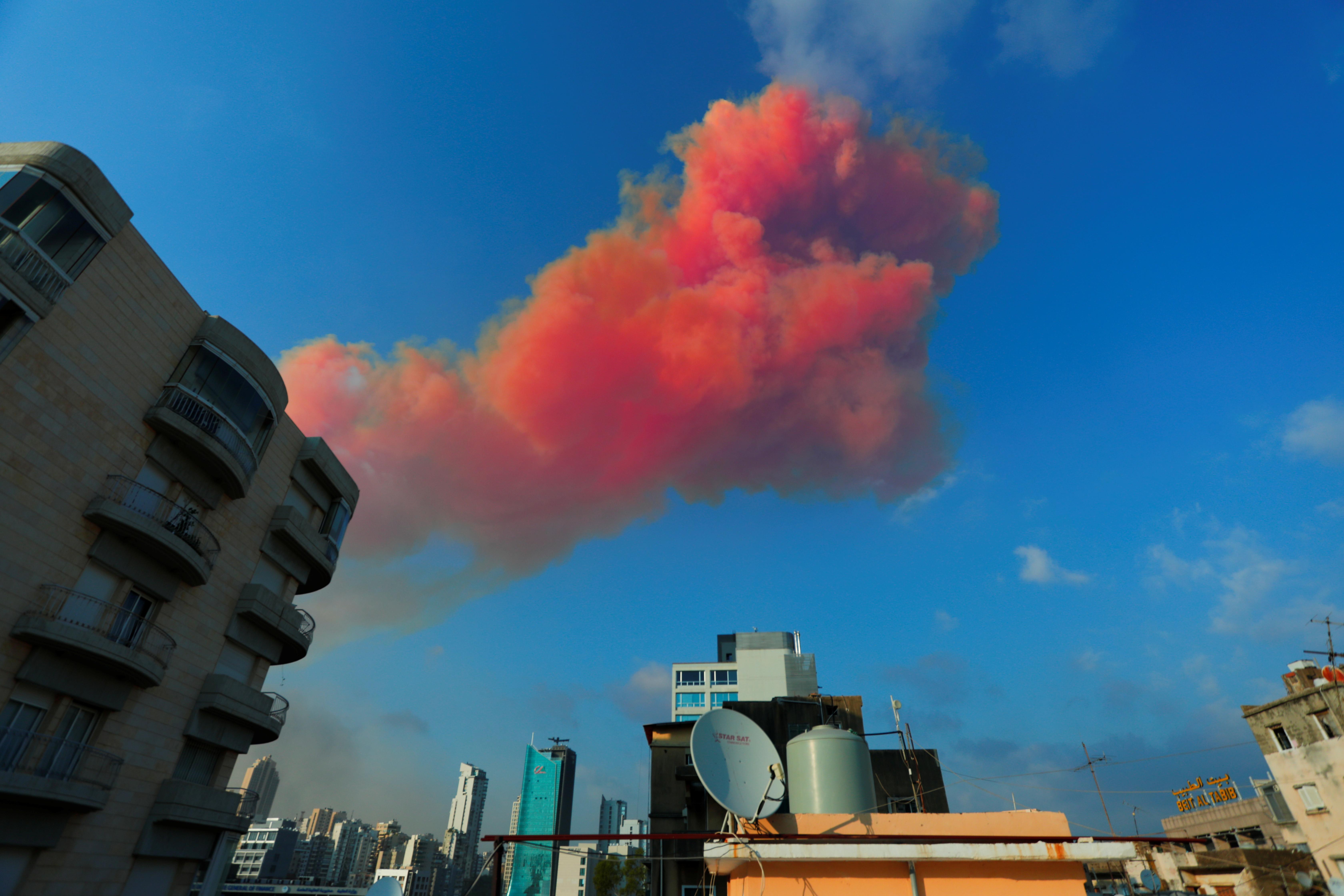 ▲▼黎巴嫩貝魯特港口當地時間4日發生大爆炸,省長受訪落下男兒淚。(圖/路透社)
