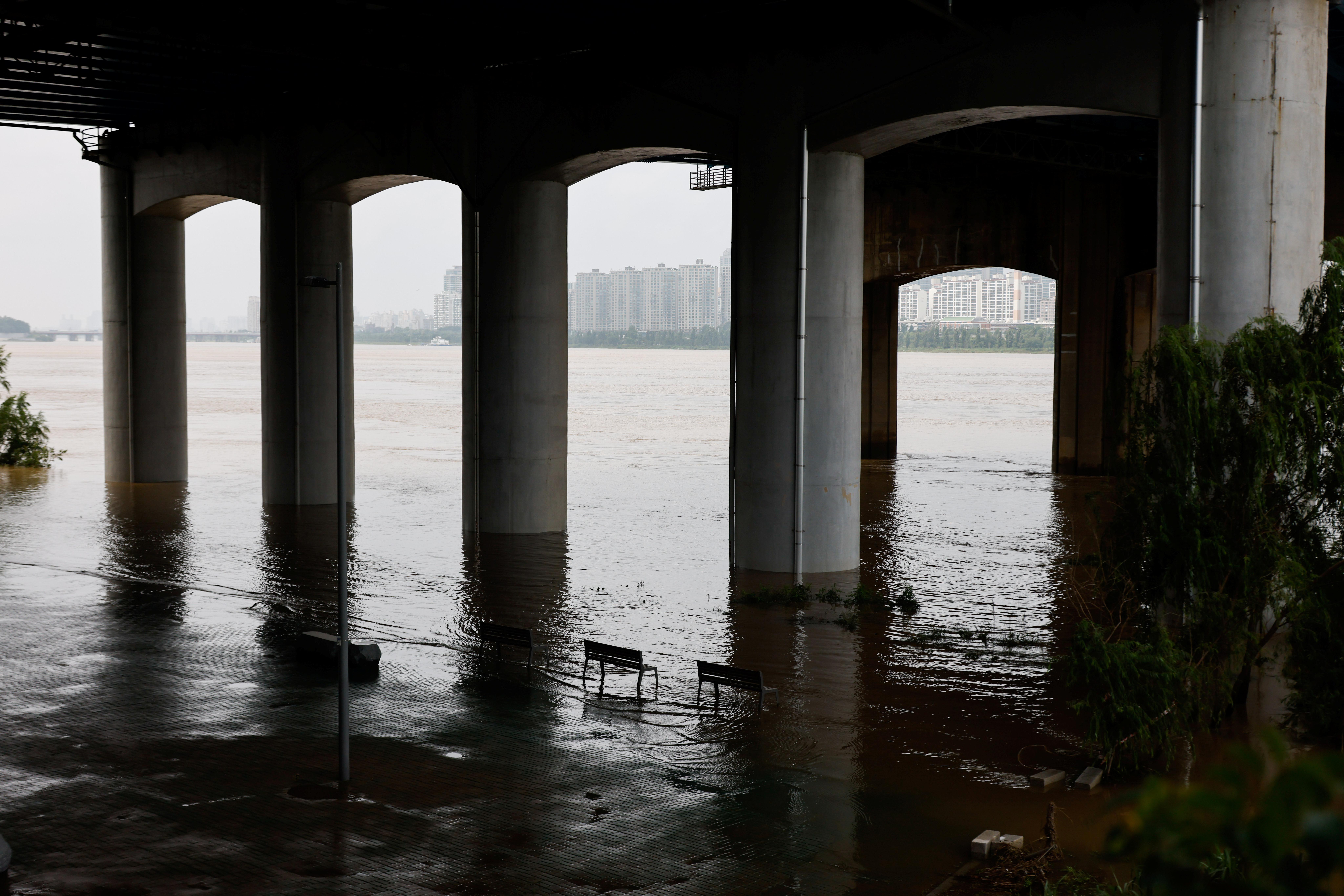 ▲▼南韓豪雨過後,首爾漢江水位上升。(圖/路透社)