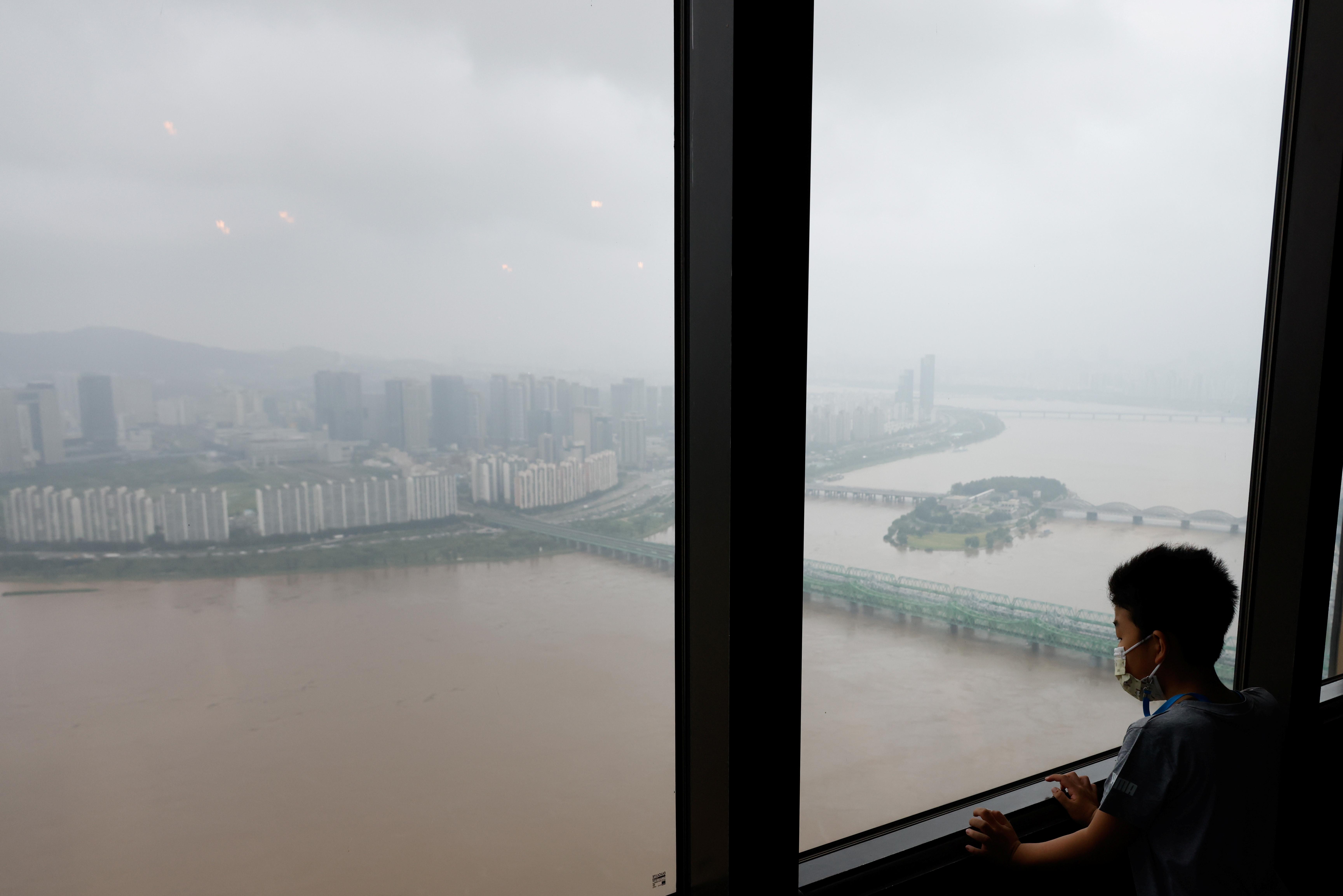 ▲▼暴雨過後,首爾漢江水面混濁。(圖/路透社)