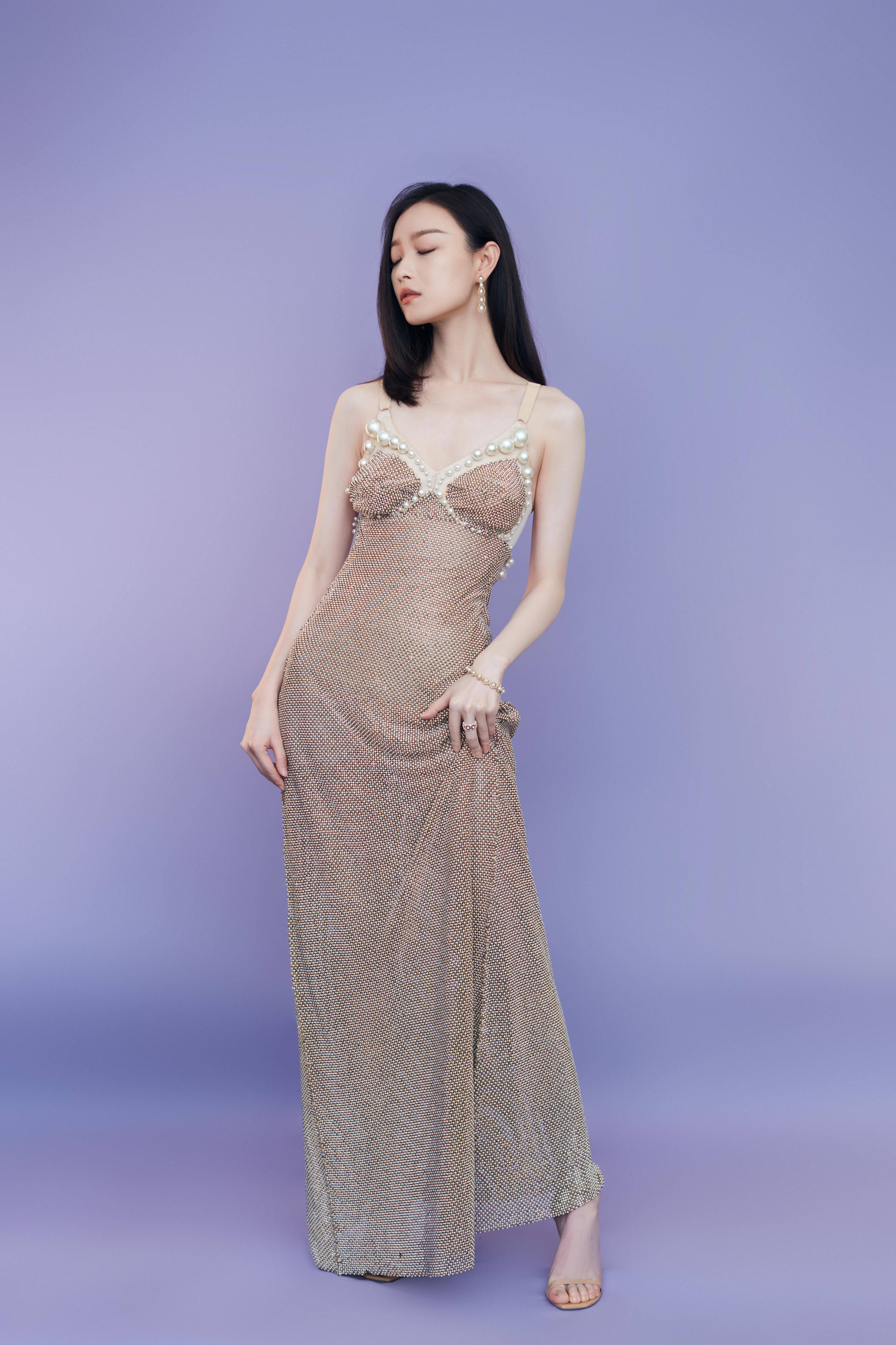 """倪妮""""珍珠吊带裙""""完美包覆S曲线!向下看更狂…全透视直逼腿根"""