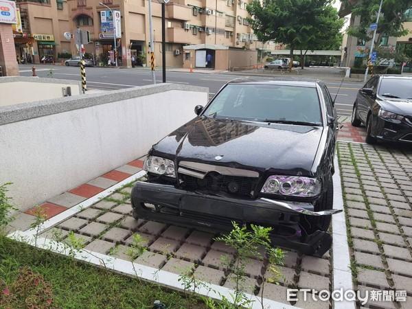 台南賓士衝進民宅!駕駛「誤踩油門」 住戶祖孫2人受傷
