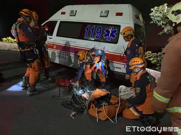 快訊/汐止勤進路山區傳2機車騎士墜10米深谷 新北警消人員上山搜救