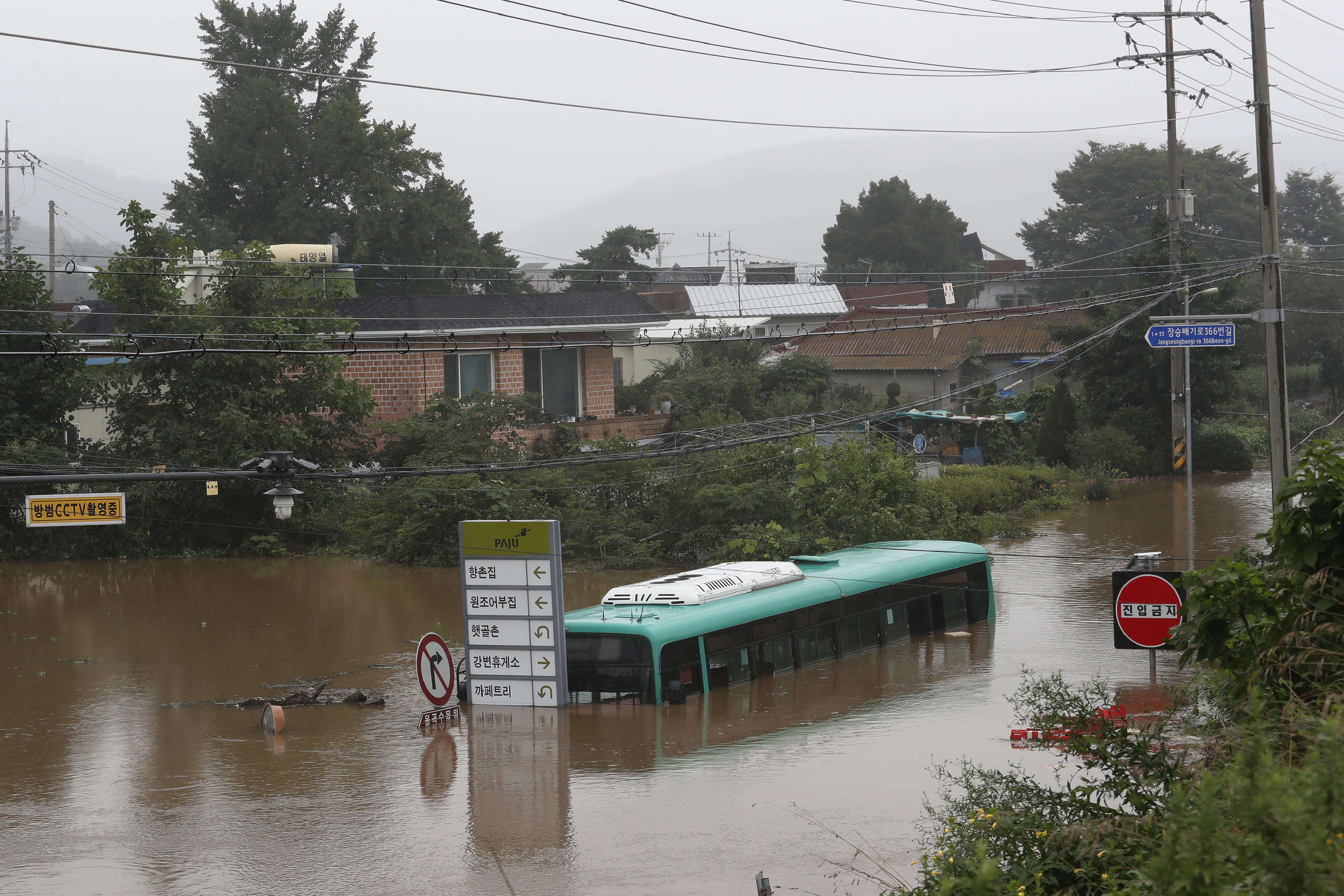 ▲▼南韓豪雨不斷,京畿道坡州市道路慘淹成運河,公車包括乘客浸泡水中。(圖/達志影像/美聯社)