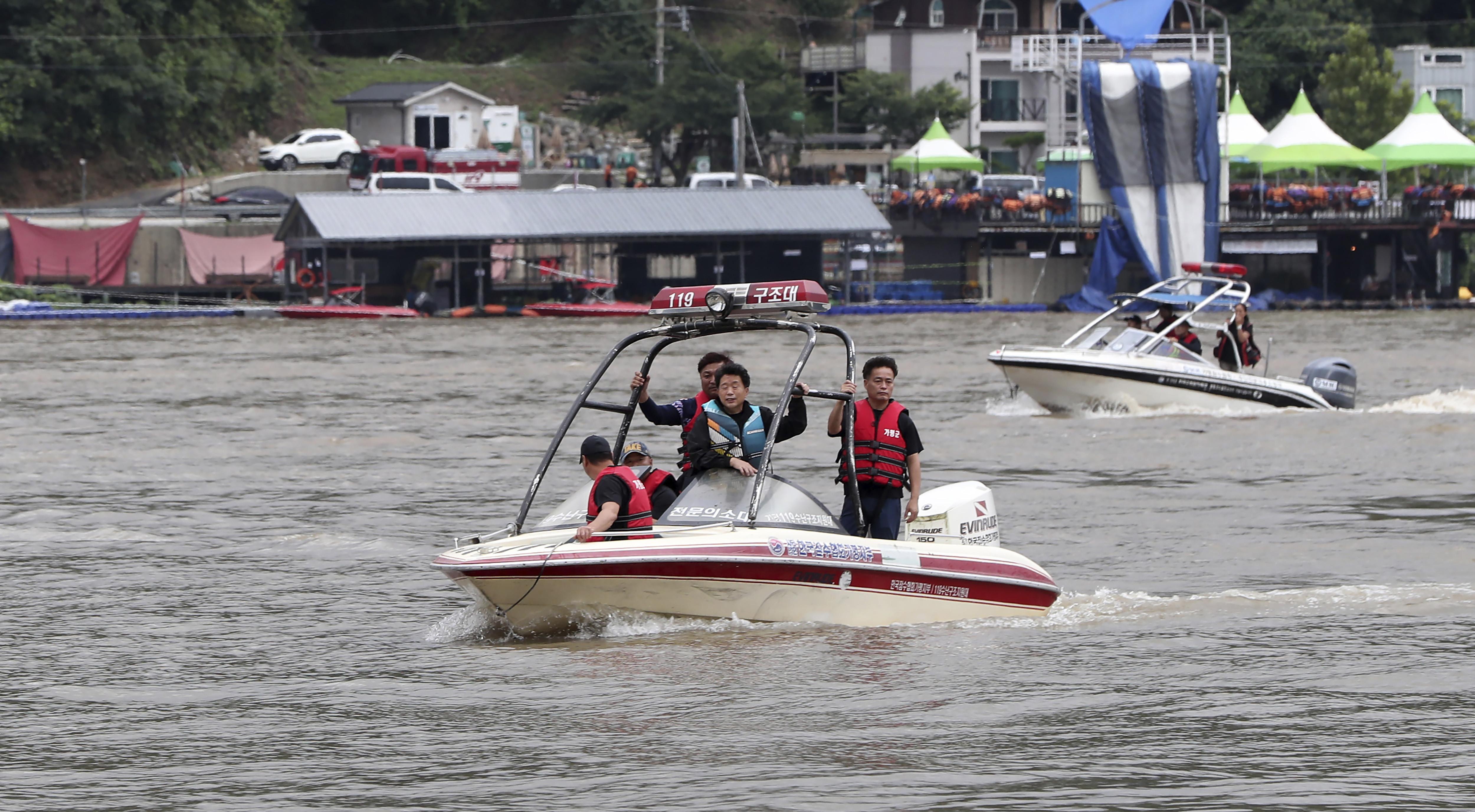 ▲▼警消人員搭乘船艇在加平郡展開搜救作業。(圖/達志影像/美聯社)