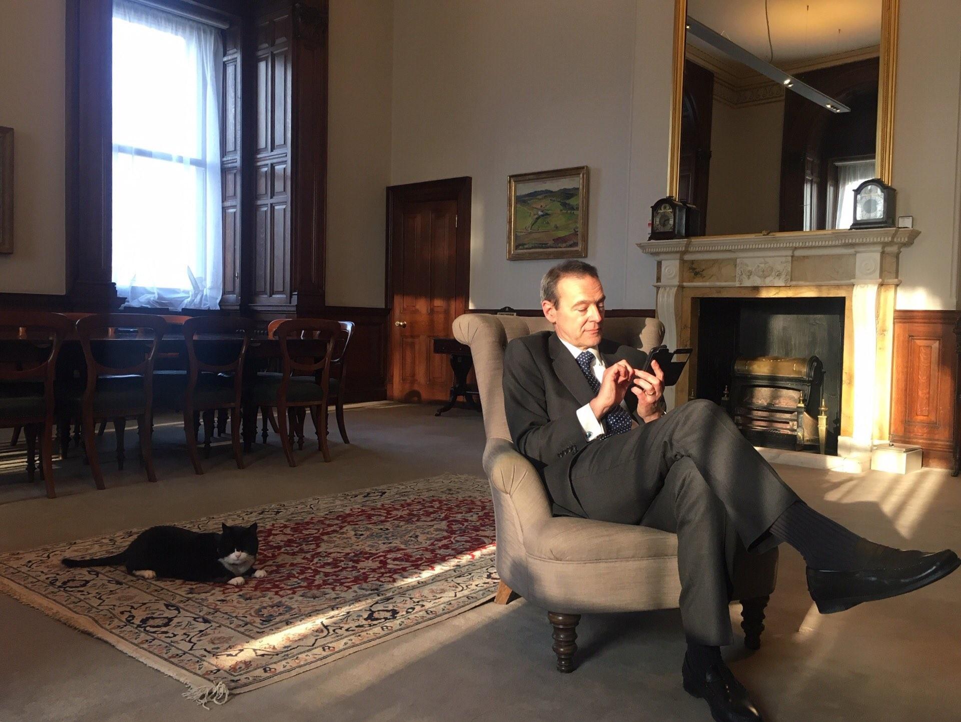 ▲▼英國外交「最萌補鼠大臣」默斯頓宣布退休。(圖/翻攝自Twitter/SMcDonaldFCO)