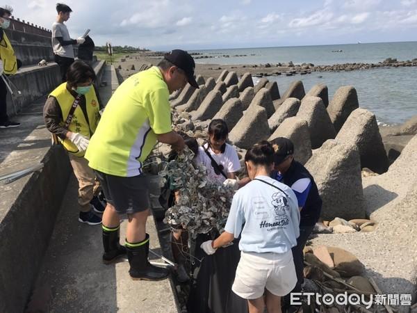 防疫新生活 台南警五分局舉辦淨灘活動邀學子為地球盡心 | ETtoday