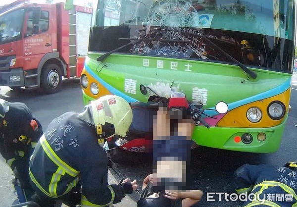 18歲女騎士撞公車「露腰倒插」!雙腿離奇捅進車頭 傷勢曝光