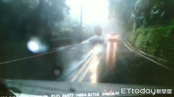 桃園暴雨落石突墜下!女駕駛開車一半遭砸 驚悚畫面曝光