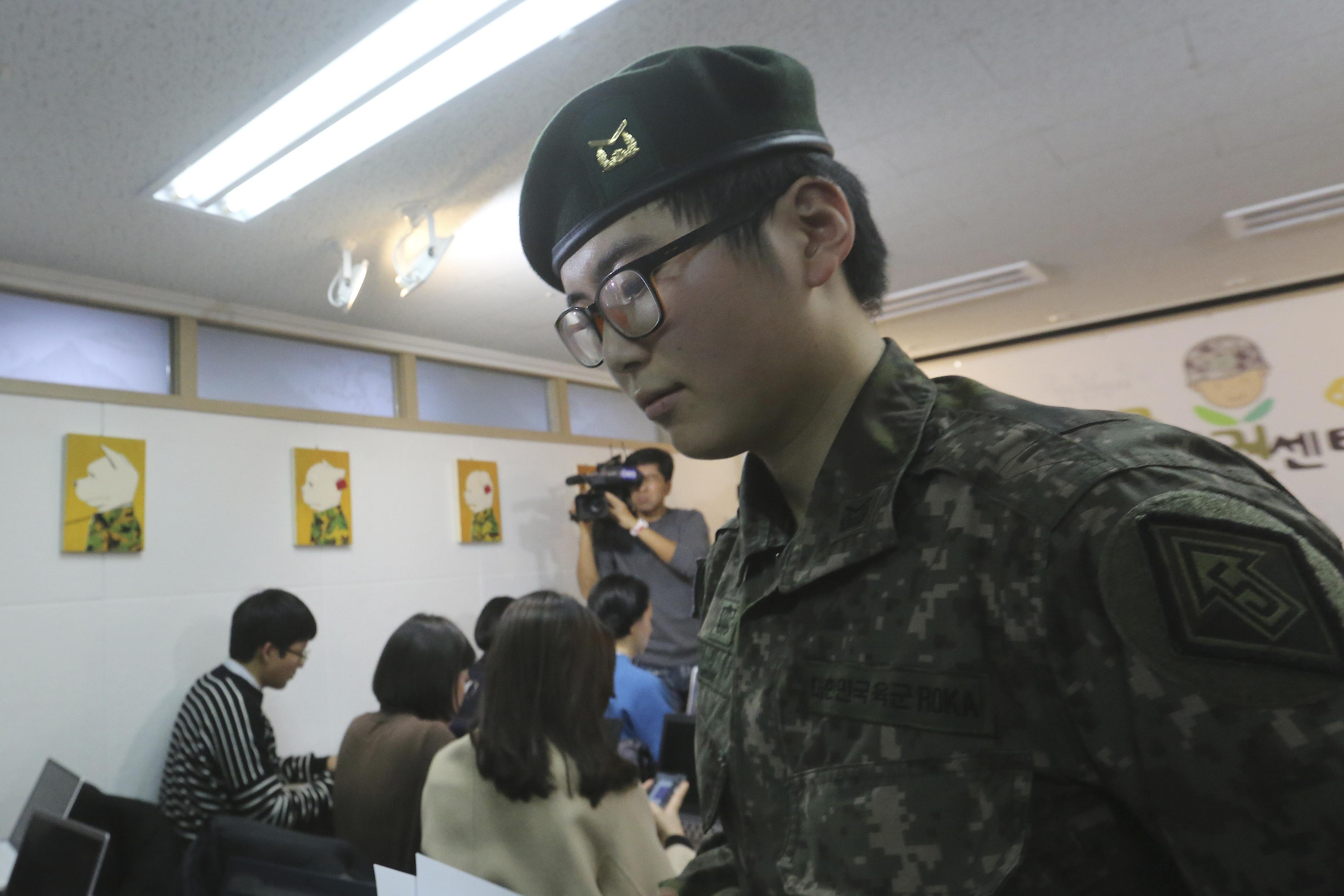 ▲▼南韓首位跨性別軍人卞熙秀遭軍方強制退役,在記者會上痛哭。(圖/達志影像/美聯社)