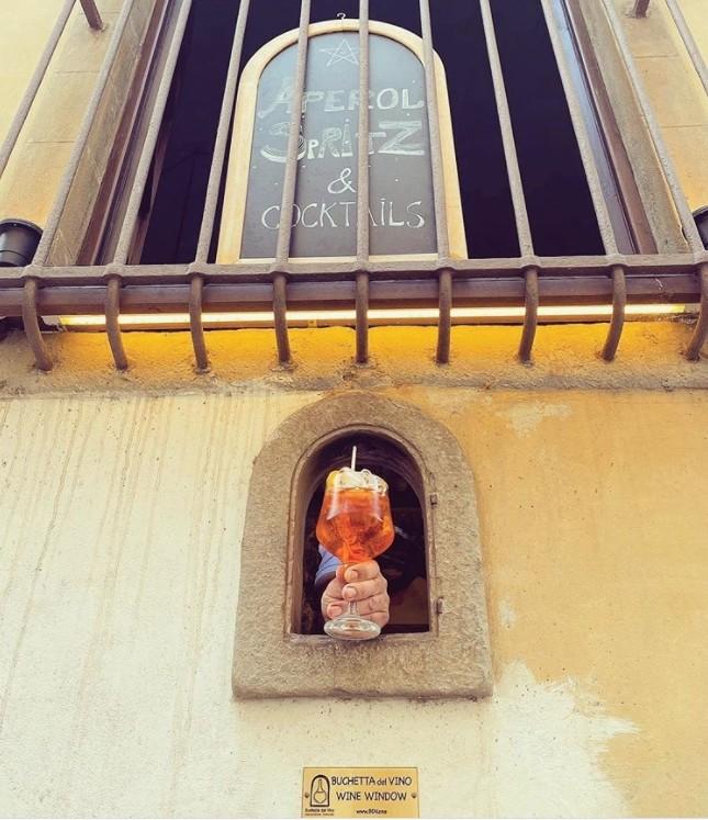 ▲▼義大利商家重啟傳統「酒窗」,保持社交距離。(圖/翻攝自Instagram/buchettedelvino)