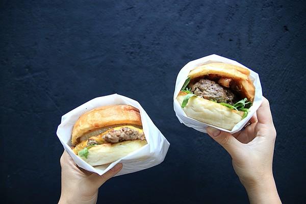 爆汁牛肉+牛奶糖太邪惡!台北暗黑系漢堡餐酒館 蒜味薯條超夠味