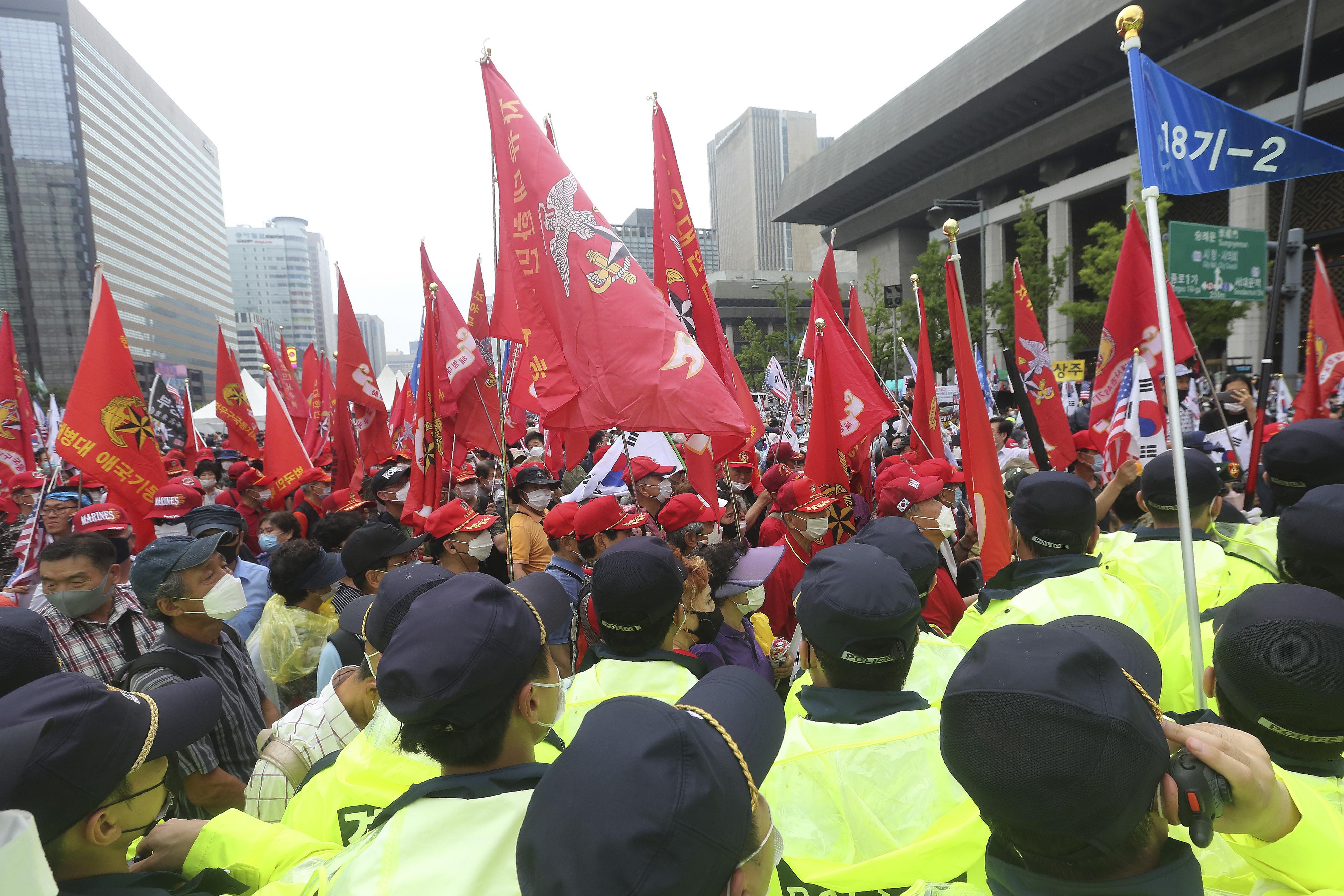 ▲▼南韓基督教、保守派勢力集結數萬名民眾至首爾光化門前集會示威。(圖/達志影像/美聯社)