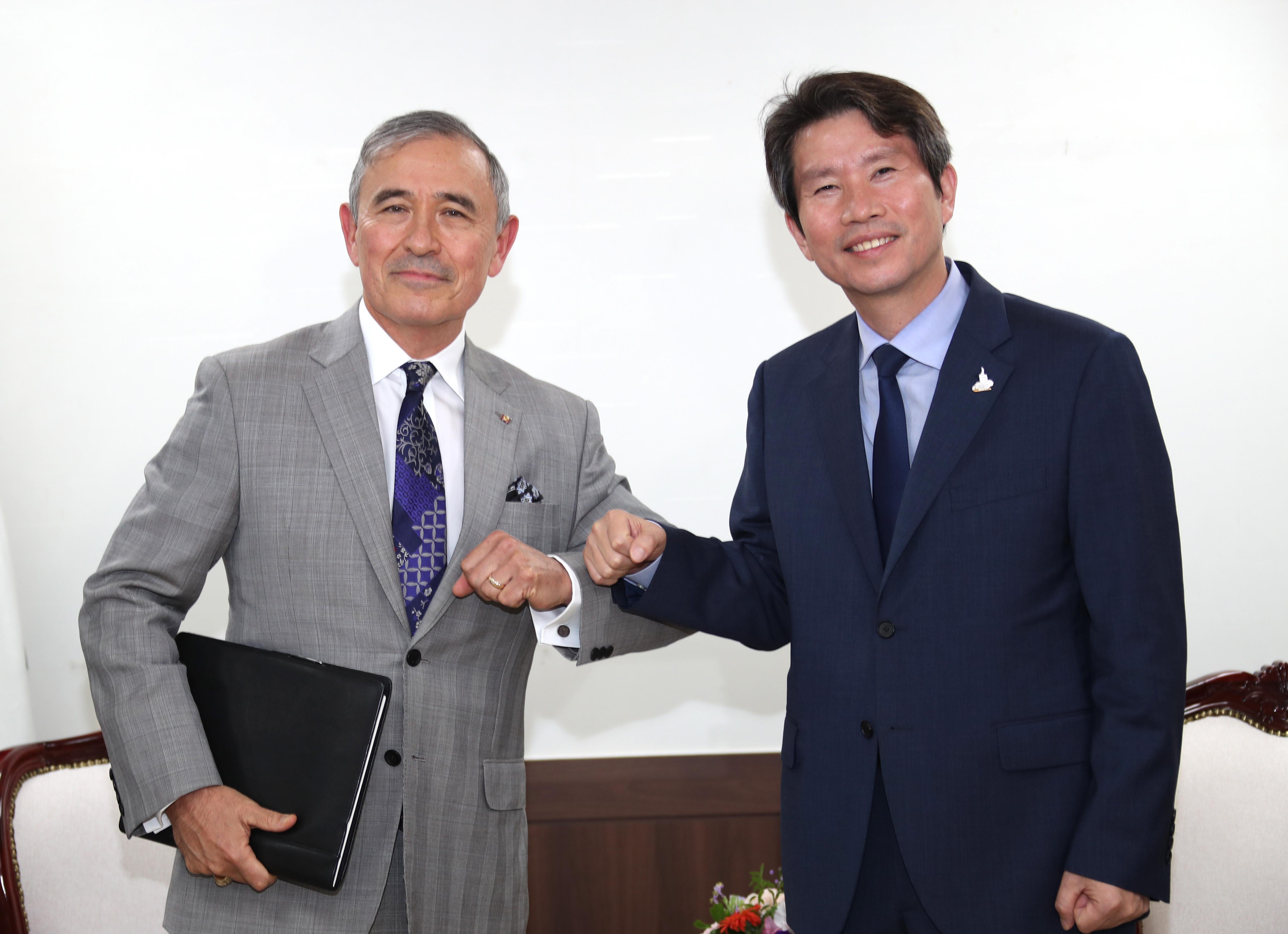 ▲▼南韓統一部長李仁榮18日與美國駐韓大使哈里斯會面。(圖/達志影像)