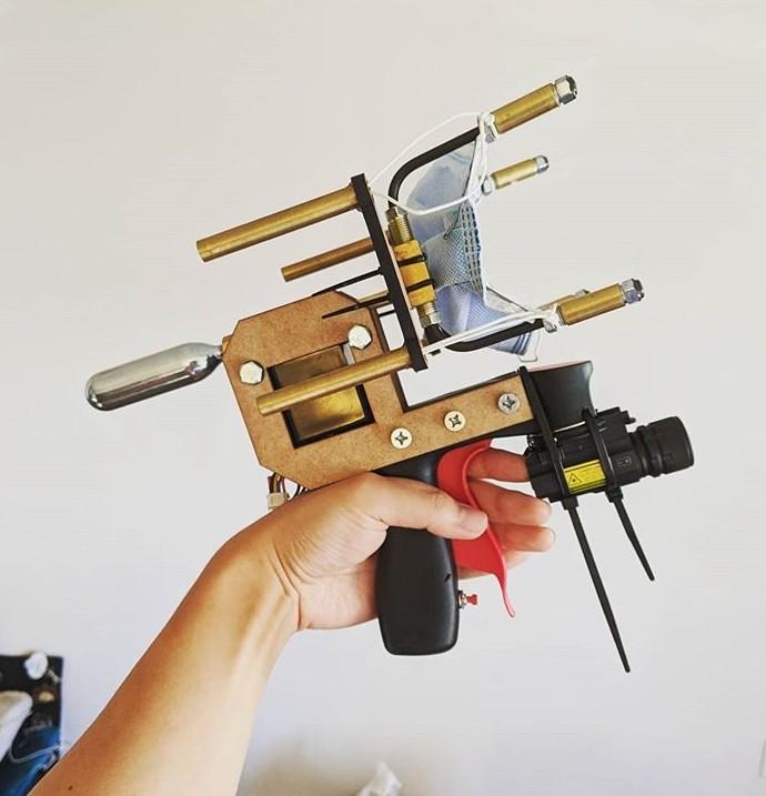 ▲▼美國YouTuber發明「口罩手槍」。(圖/翻攝自Instagram/sufficientlyadvanced)