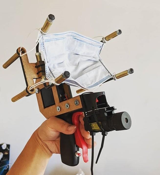 ▲▼美國YouTuber發明「口罩手槍」。(圖/翻攝自YouTube/Allen Pan-Sufficiently Advanced)