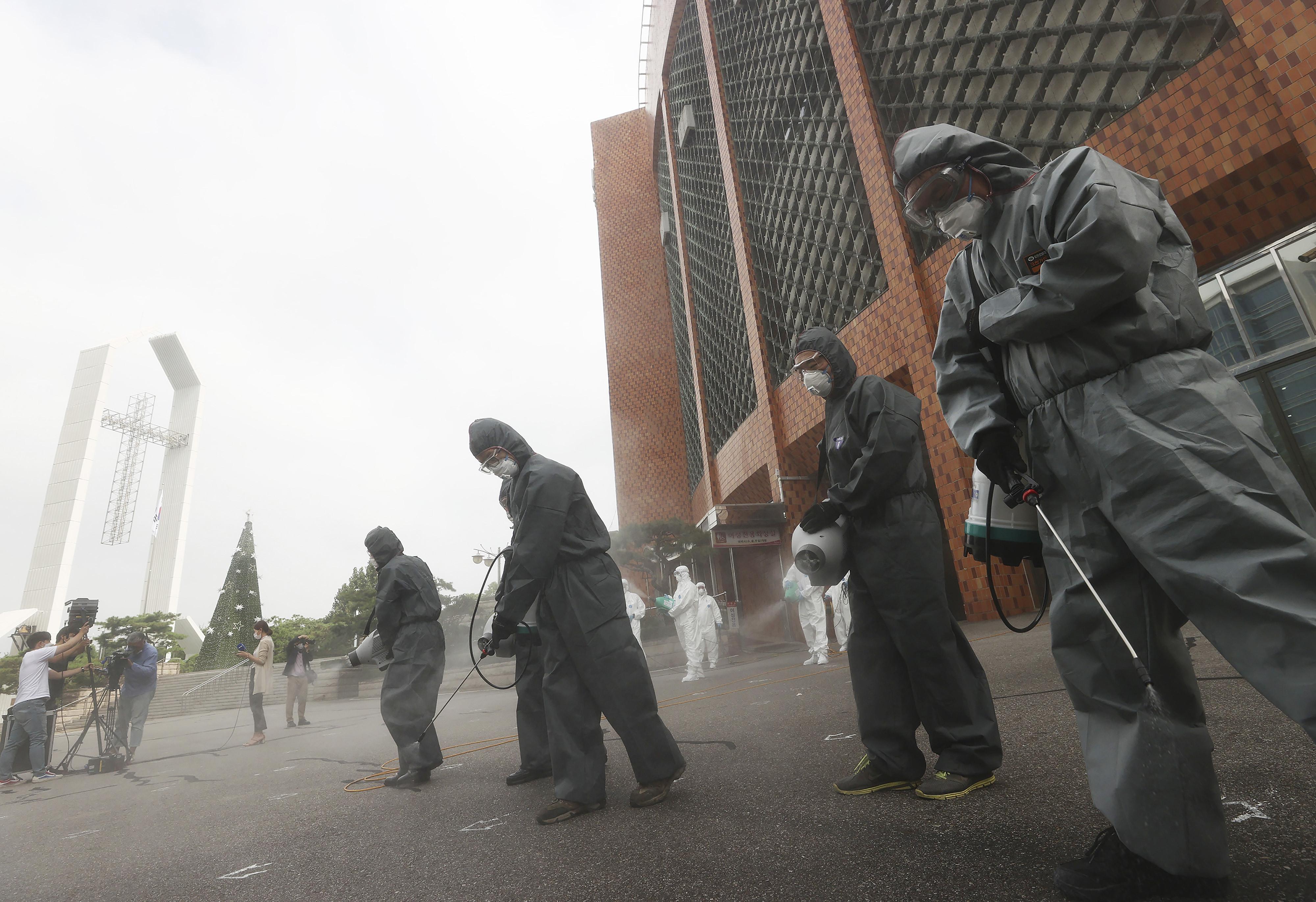 ▲▼群聚感染激增,防疫人員為首爾汝矣島純福音教會實施消毒工作。(圖/達志影像/美聯社)
