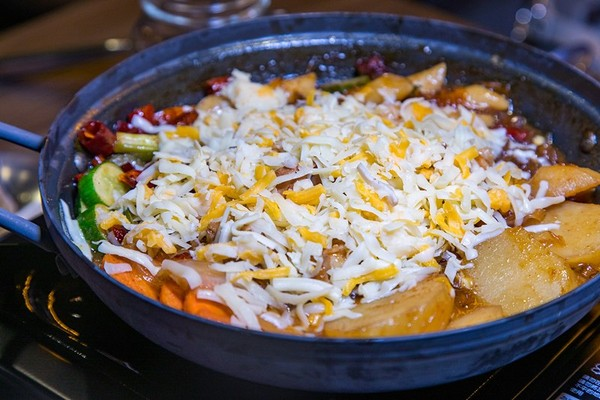 巨大生蠔冷麵清爽鮮美!蘆洲韓式餐酒館 燉雞+牽絲起司超邪惡 | ETto