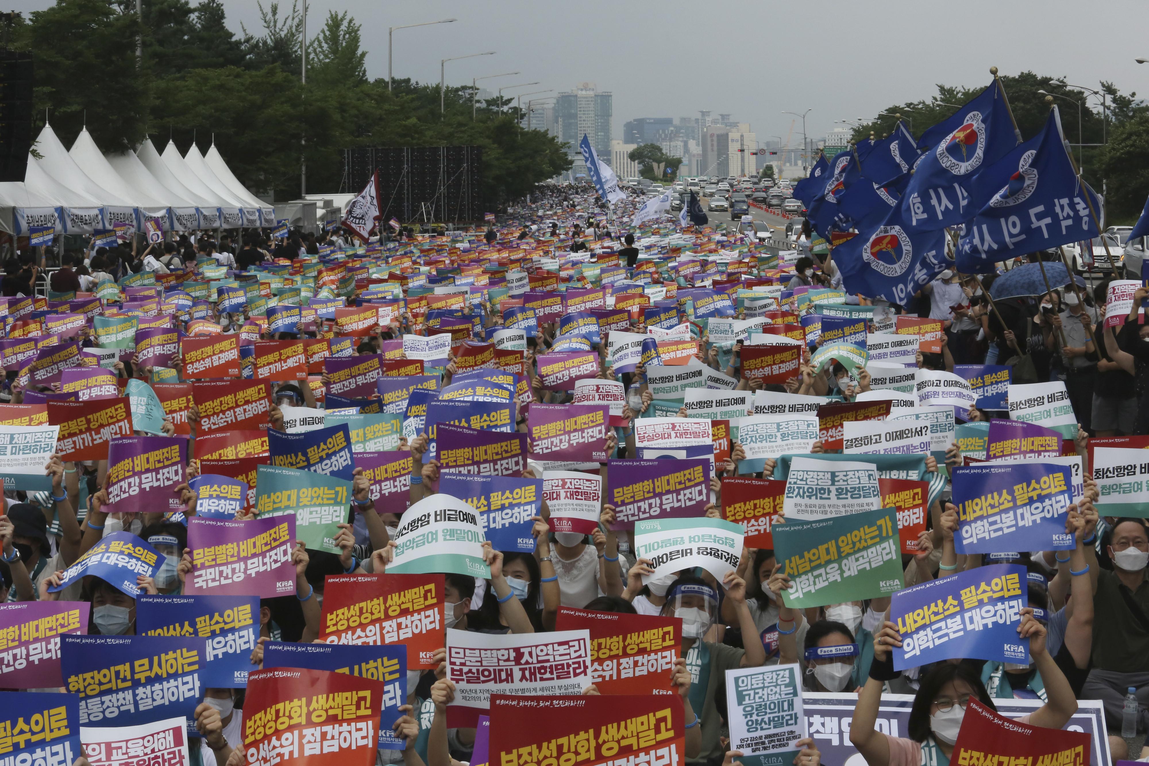 ▲▼南韓醫界不滿文在寅政府的政策,宣布發起罷工。(圖/達志影像/美聯社)