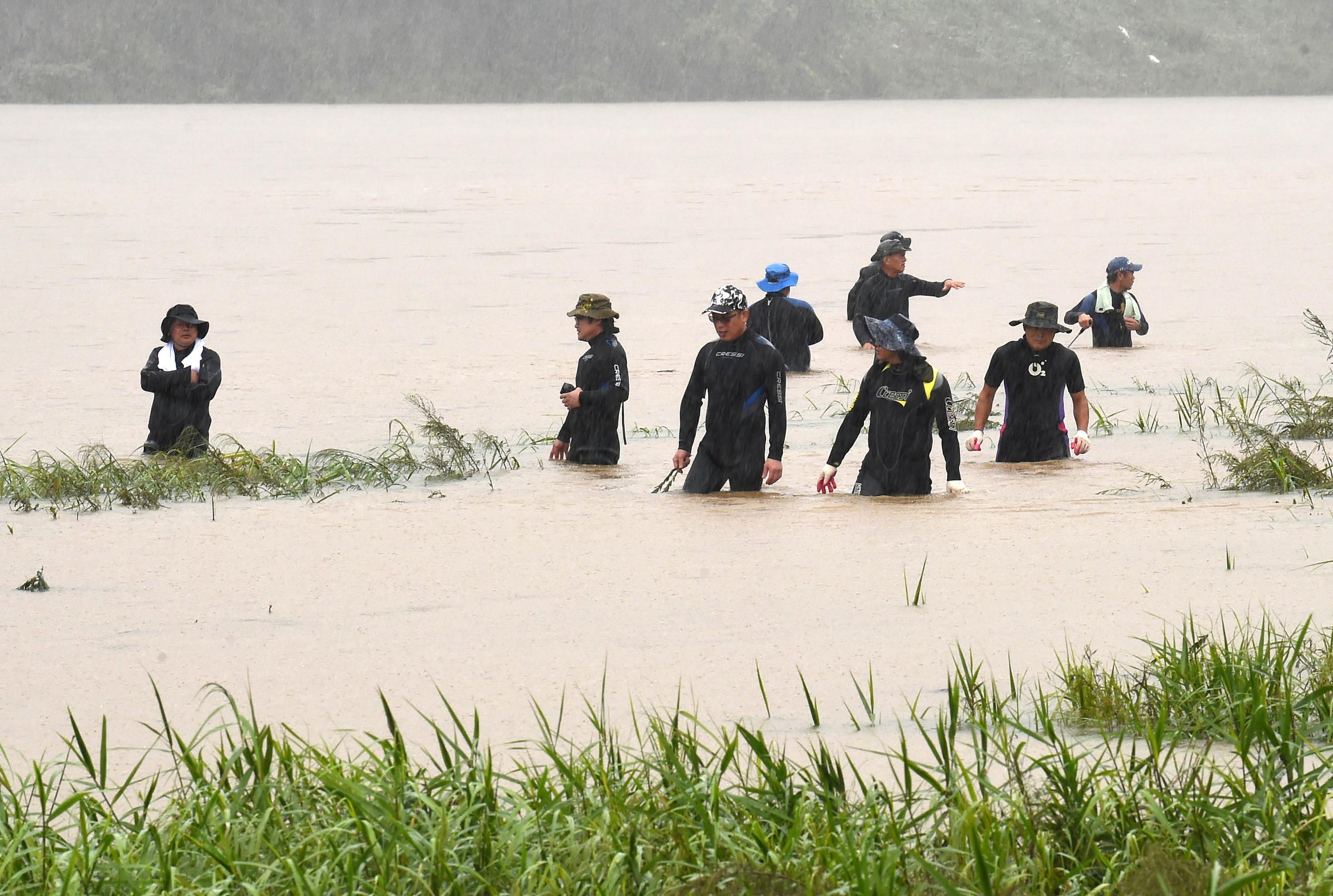 ▲▼警消人員搜救衣巖湖上的罹難者。(圖/達志影像)