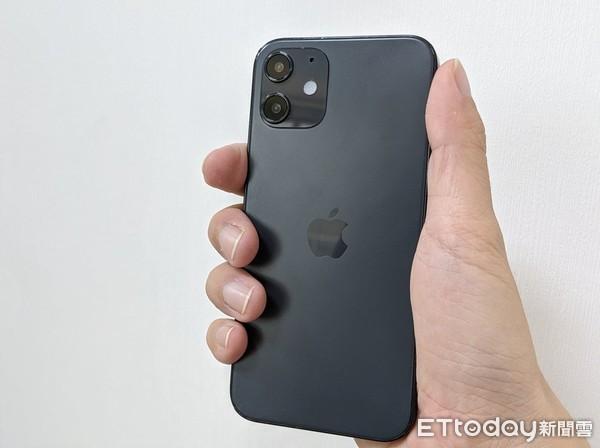 ▲▼iPhone 12系列模型機。(圖/記者邱倢芯攝)
